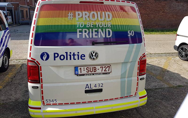 Politie combi met regenboog vlag