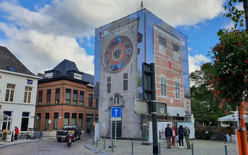 Werfdoek met de print van een toren op, die hangt rond een stelling in Lier.
