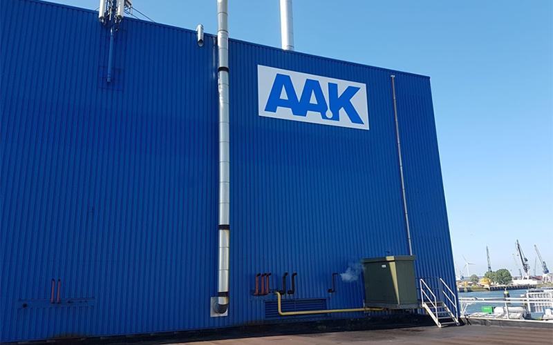 Reclamebord in de vorm van een sticker met naam van het bedrijf op de container.