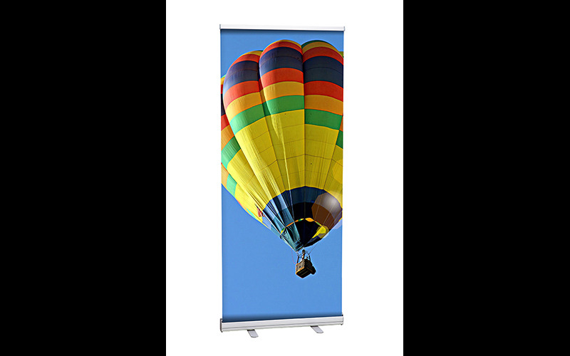 Dit is een roll-up banner met een foto van een luchtballon.