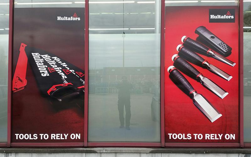 Raamstickers op de ramen van een winkel