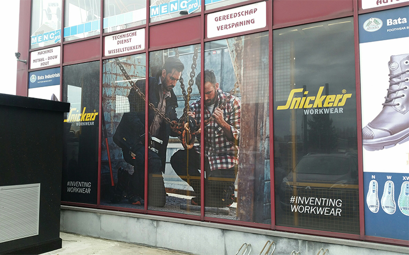 Raamstickers gekleefd op de ramen van een winkel
