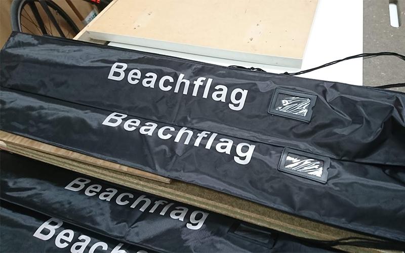 Beachvmlaggen worden in een compacte draagtas gestoken.