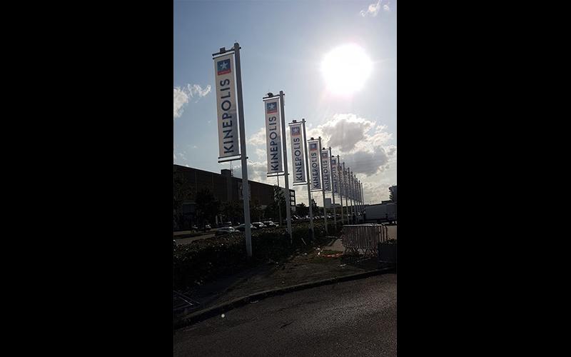 Vlaggen die voor de ingang van de bioscoop Kinepolis geplaatst staan.