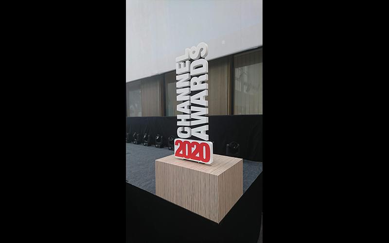 Dit is een staander met de letters van Channel Awards opgekleefd.