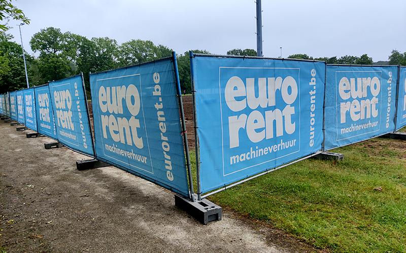 Werkdoeken uit het materiaal mesh van Eurorent. Ze hangen voor herashekken.