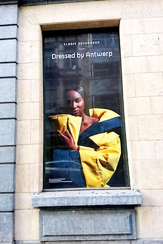 Raamsticker met een foto van Elodie Quadraogo op