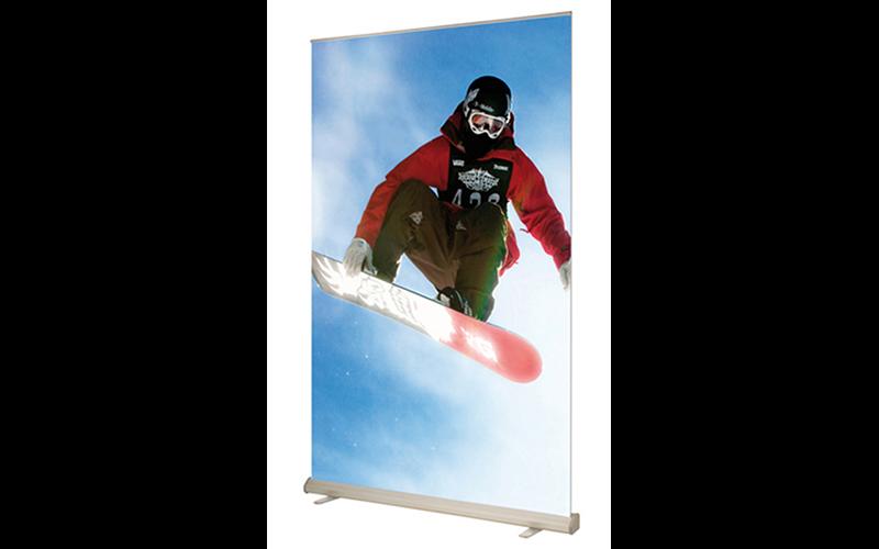 Dit is een roll-up banner met een foto van een snowboarder.