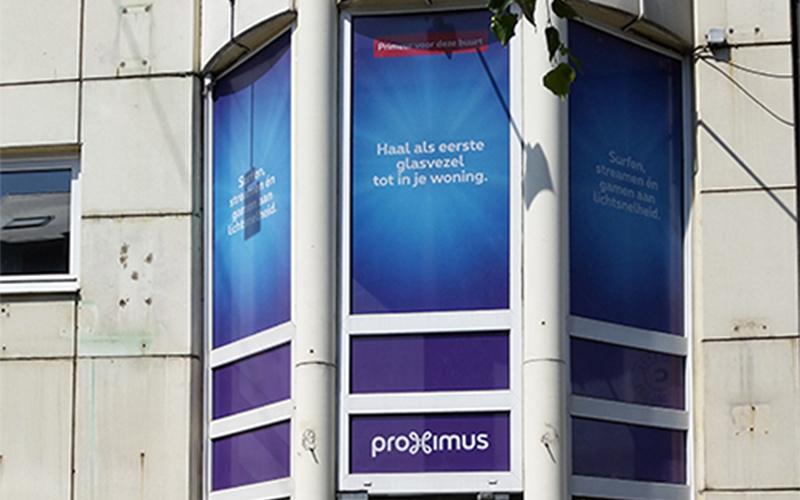 Raamsticker op de ramen van een vestiging van Proximus