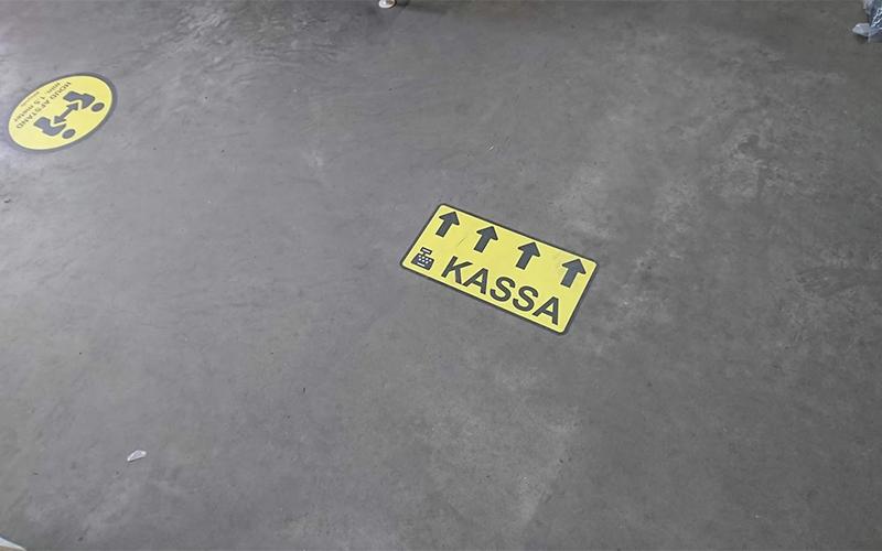 Vloerstickers met signalisatie naar de kassa.