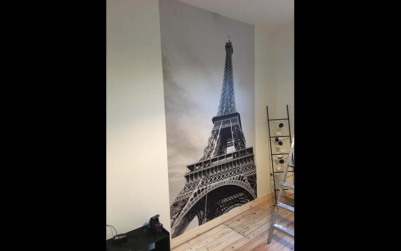 Een foto van een Eiffeltoren op behang.