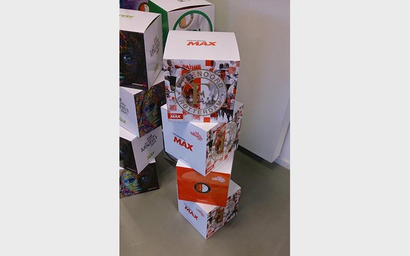 Kartonnen kubussen die gebruikt worden als POS-materiaal