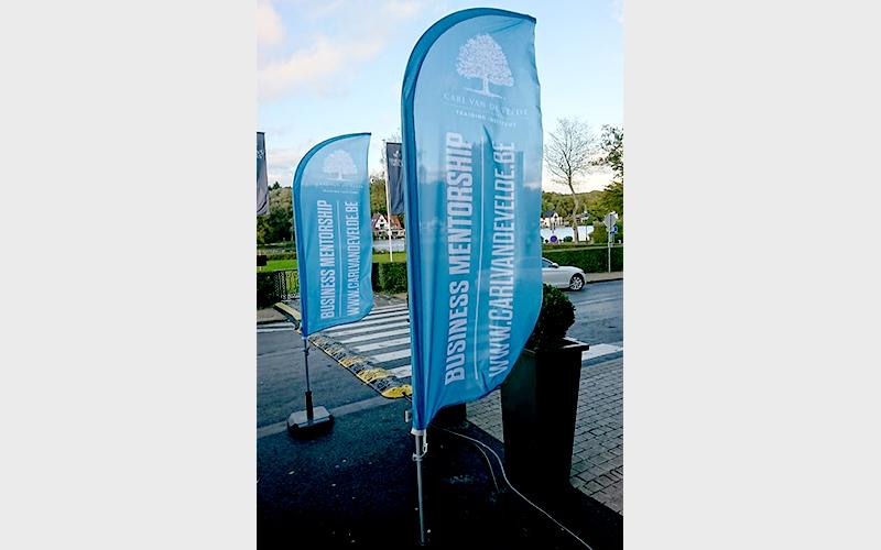 Vlag voor de ingang van een evenement van Carl Vandevelde