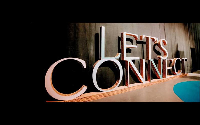 Kartonnen letters 'Let's connect'